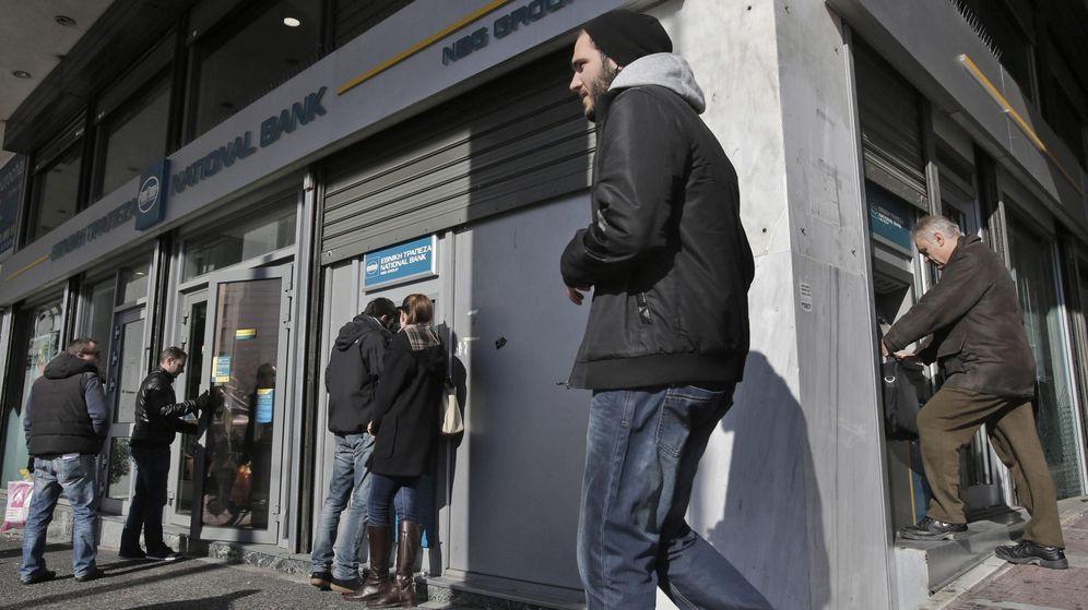 Foto: Varias personas, en un cajero automático de Atenas. (EFE)