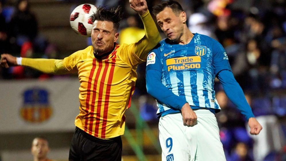 Foto: El delantero del Atlético de Madrid Nikola Kalinic (d) y el defensa del Sant Andreu Juan Manuel Miranda (i). (EFE)