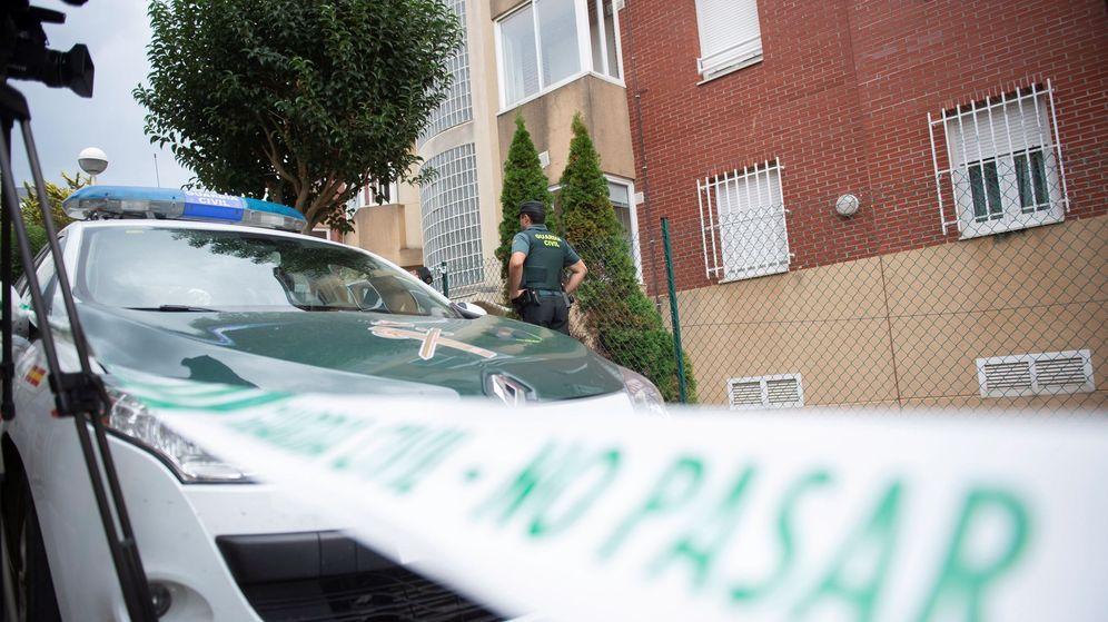 Foto: La guardia civil inspecciona la casa donde vivía la pareja de Castro Urdiales. (EFE)