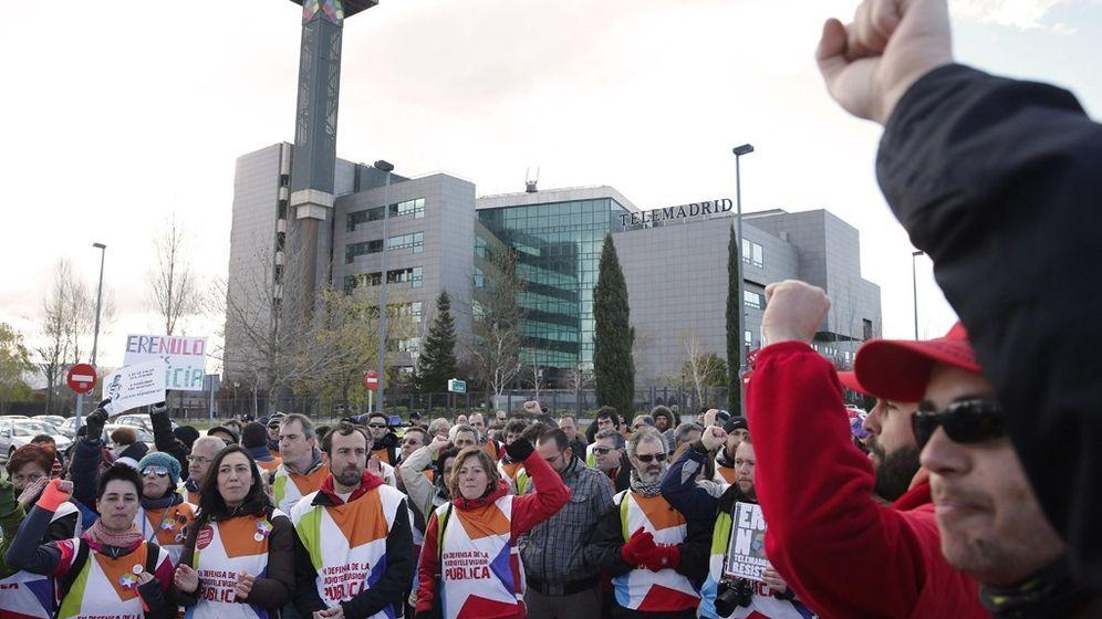 Foto: Manifestación, en 2013, de trabajadores de Telemadrid a las puertas de la sede de la cadena. (EFE)