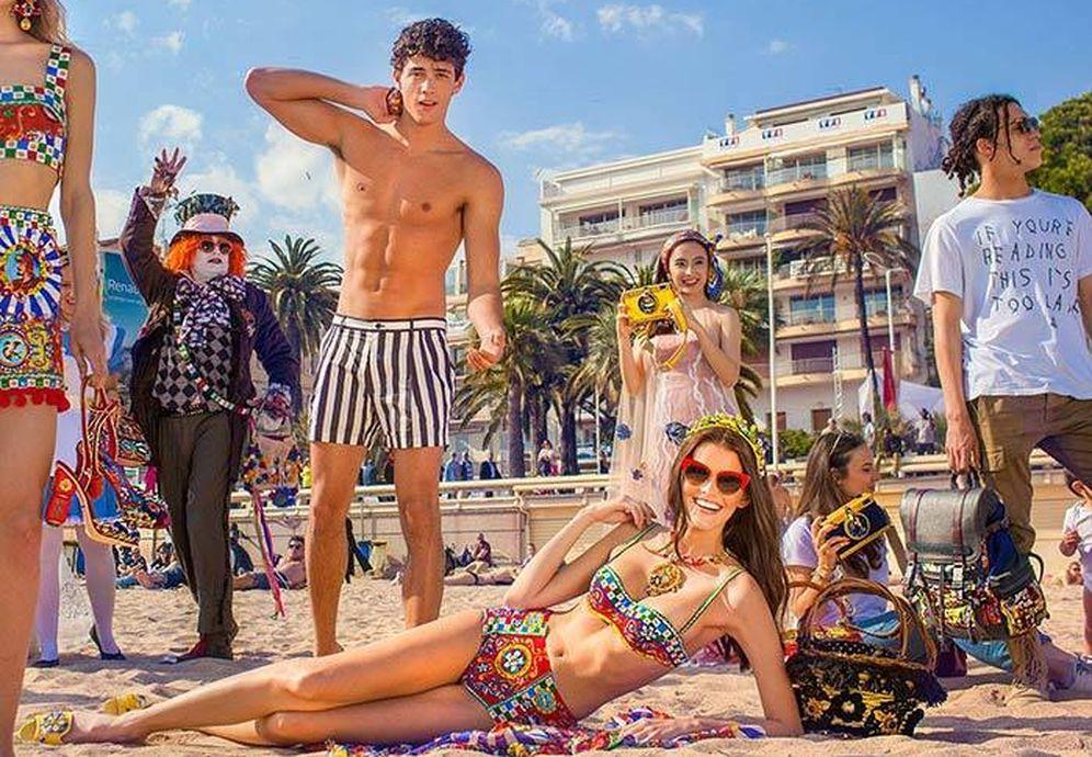 Foto: Las aplicaciones para ligar se han convertido en las nuevas discotecas. Aprende cómo ligar en verano. (Foto: Dolce & Gabbana)