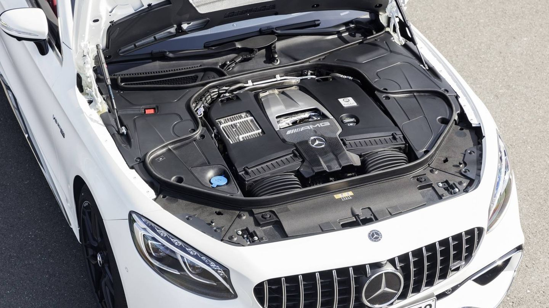 Motor V8 biturbo de 612 CV en el S63.