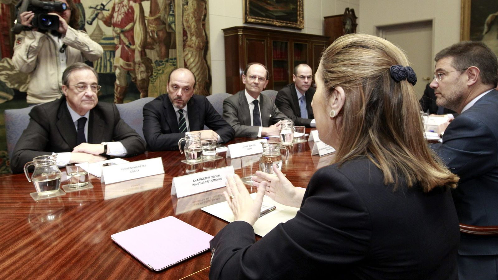Foto: Foto de archivo con el presidente de ACS, Florentino Pérez, la exministra de Fomento Ana Pastor y el ministro en funciones de Fomento, Rafael Catalá. (EFE)