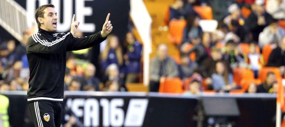 Foto: Gary Neville da intrucciones durante un partido del Valencia (EFE)