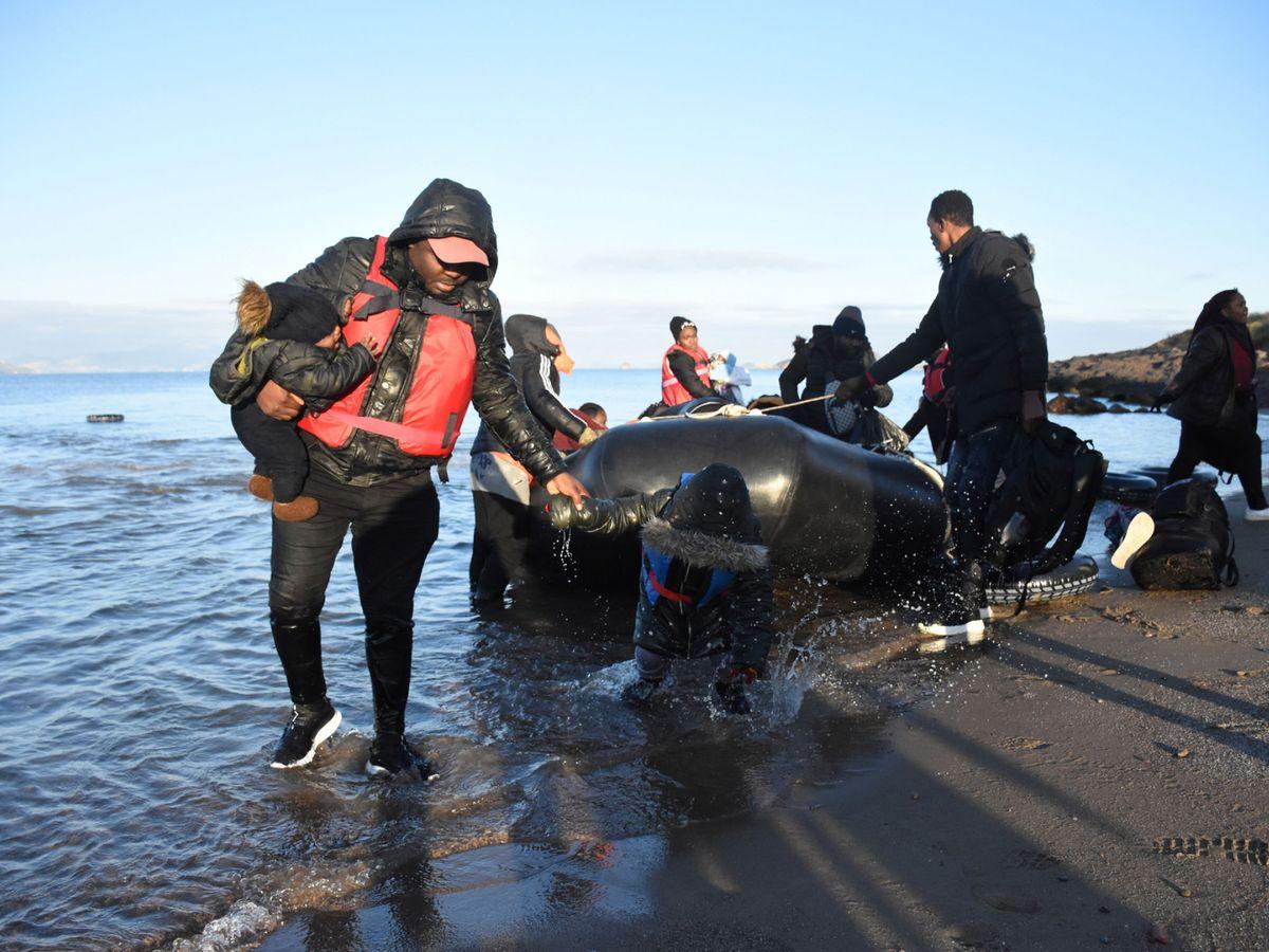 Foto: Varios migrantes vuelven a Turquía tras un intento fallido de alcalzar las costas griegas. (Reuters)