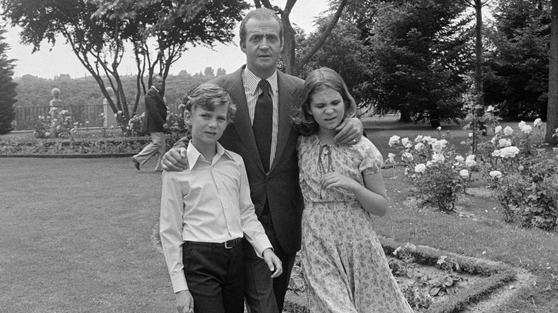 El rey Juan Carlos, con el príncipe Felipe y la infanta Elena. (Cordon Press)