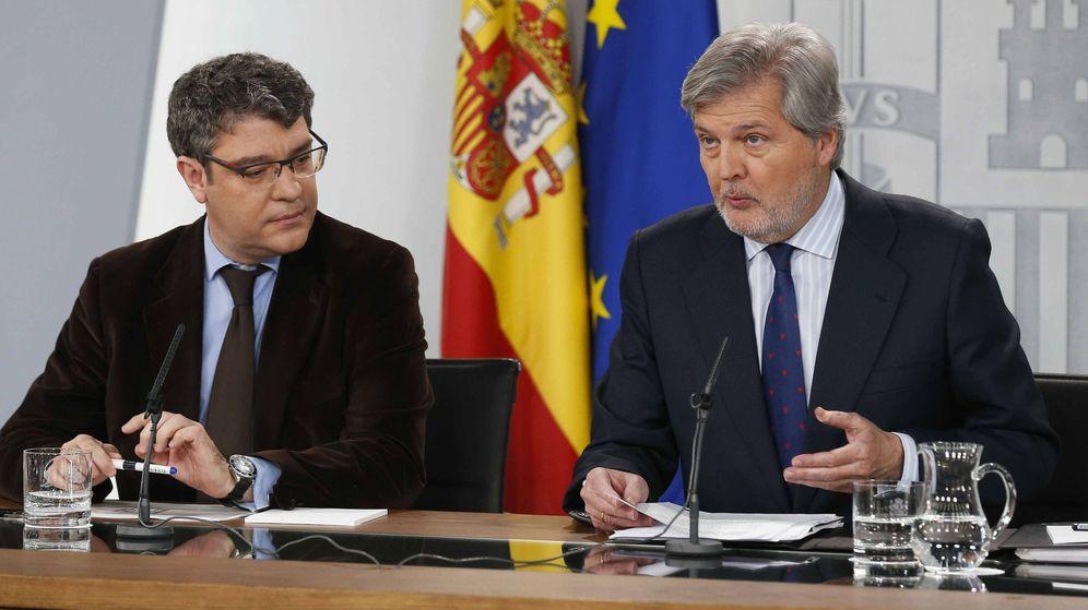 Foto: El ministro de Educación y portavoz del Gobierno, Íñigo Méndez de Vigo (d). (EFE)