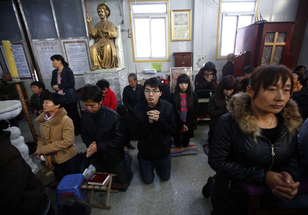 Foto: Católicos chinos toman parte en una misa clandestina en una iglesia de Tianjin, en marzo de 2014. (Reuters)
