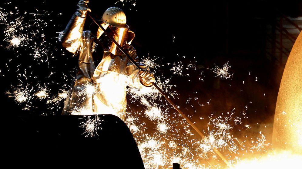 Foto: Un trabajador, en un factoría de acero en Alemania. (Reuters)