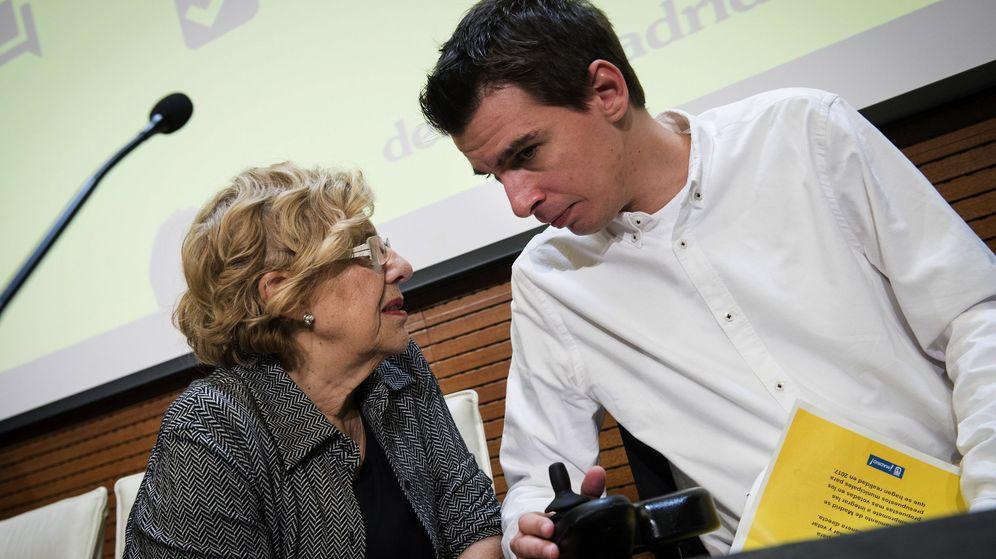Foto: La alcaldesa Manuela Carmena y el concejal de Participación Ciudadana, Pablo Soto, durante la presentación de los presupuestos participativos. (EFE)