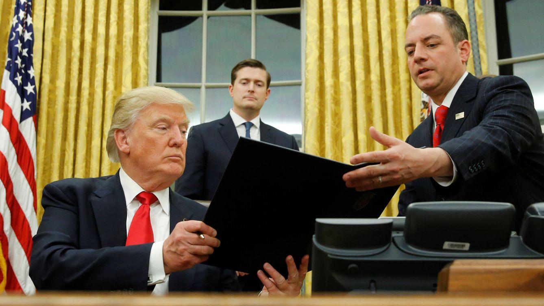 Foto: Donald Trump, tras firmar su primera orden ejecutiva en enero de 2017. (Reuters)