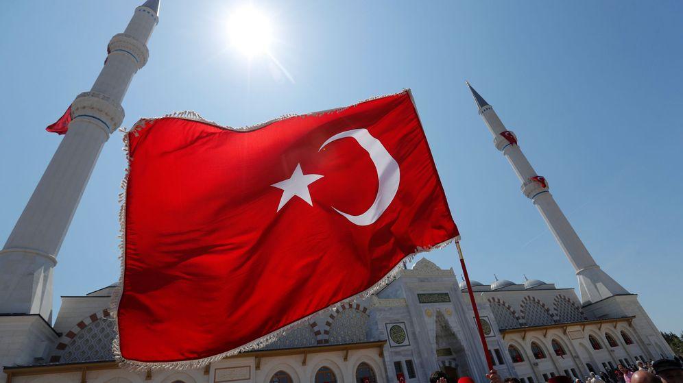 Foto: Un hombre ondea una bandera turca en Estambul. (Reuters)