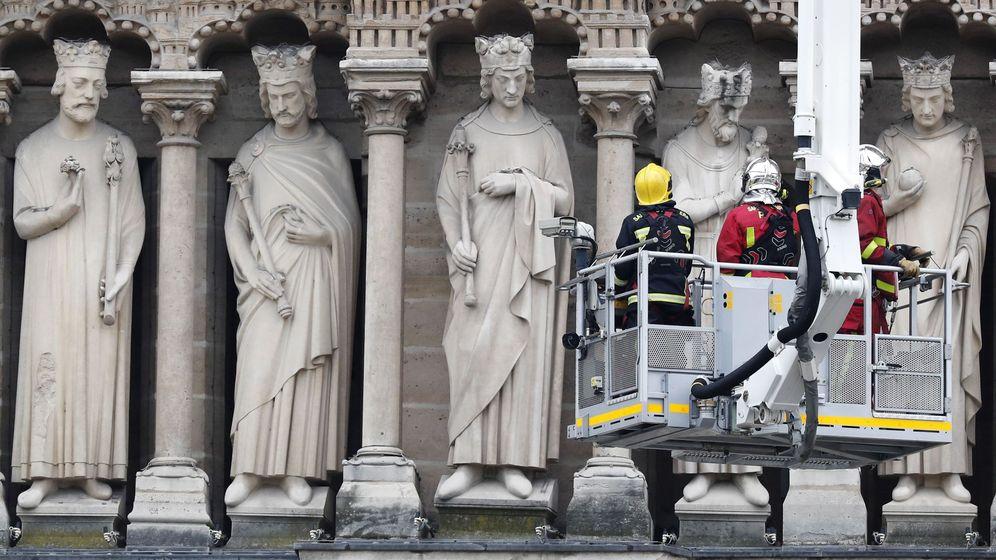 Foto: Los bomberos evalúan los daños. (EFE)
