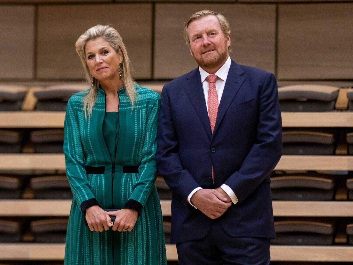 Foto: Los reyes de Holanda, en el centro Amare de La Haya. (EFE)