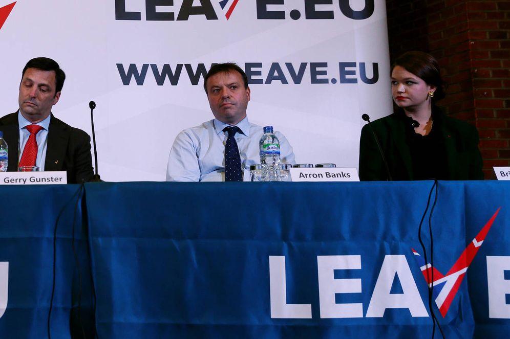 Foto: Brittany Kaiser, de Cambridge Analytica, Aaron Banks y Gerry Gunster, contratado por la campaña Leave.EU, y Liz Bilney, de Eldon Insurance Services, en rueda de prensa, el 18 de noviembre de 2015. (Reuters)