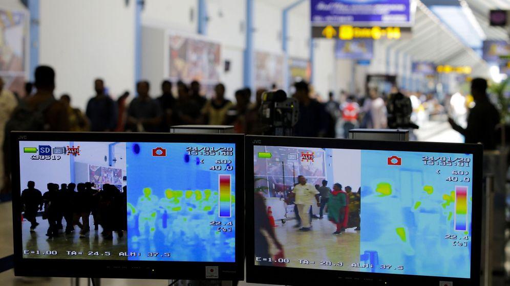 Foto: Pantallas que muestran la temperatura corporal de los viajeros en un aeropuerto de Sri Lanka. (EFE)