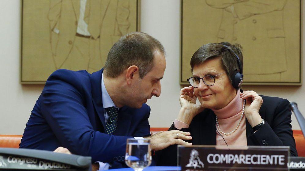Foto: La presidenta de la JUR, Elke König, junto al presidente del Frob, Jaime Ponce (Efe)