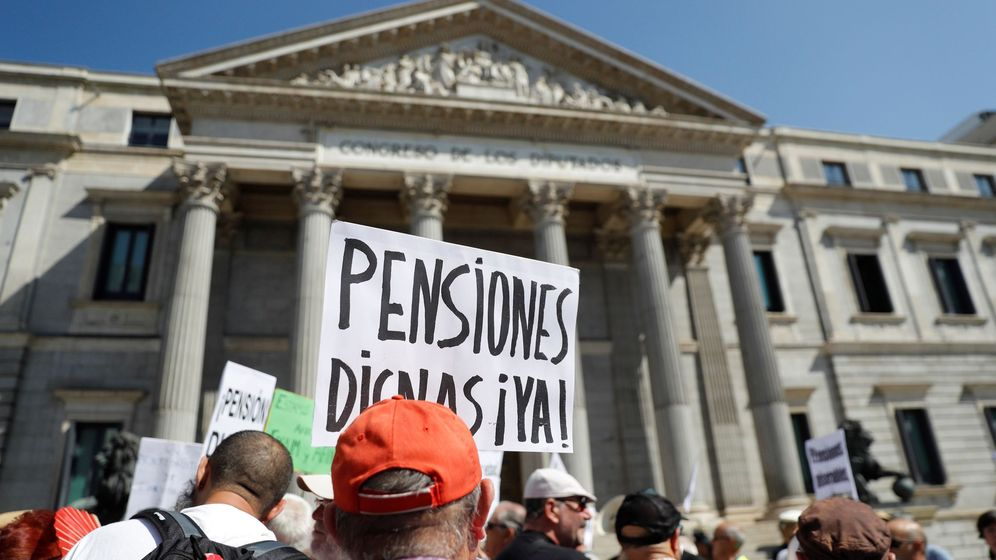 Foto: Un grupo de pensionistas se manifiesta frente a las puertas del Congreso de los Diputados. (EFE)