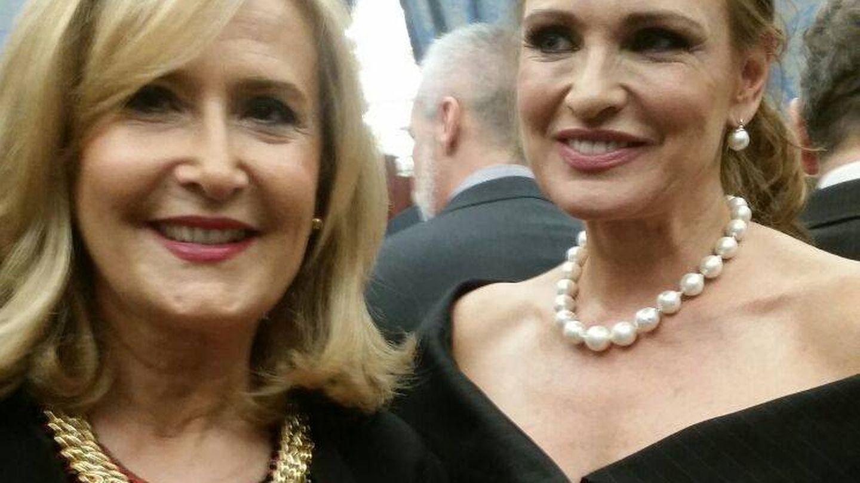 Nieves Herrero y Ainhoa Arteta en la recepción real. (Foto: Vanitatis)