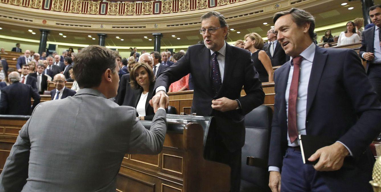 El presidente de C's, Albert Rivera (i), saluda al candidato a la presidencia del Gobierno, Mariano Rajoy (c). (EFE)