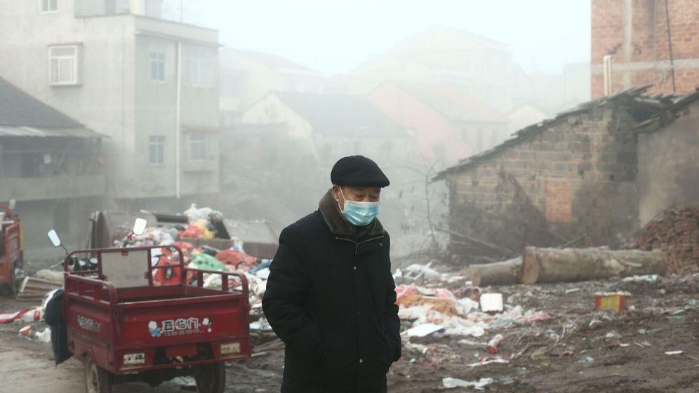 Foto: Un hombre en Jianli (provincia de Hubei) (EFE)