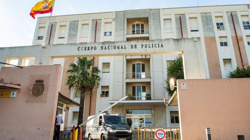 Foto: Salida de la comisaría de los miembros de la Manada al centro penitenciario. (Efe)