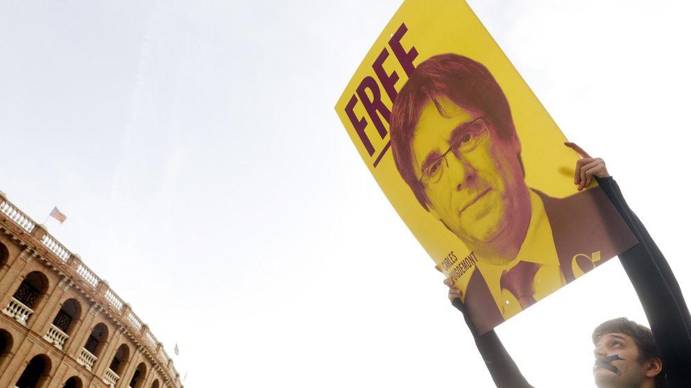 Foto: Pancarta con la cara de Puigdemont en una manifestación en Valencia. (EFE)