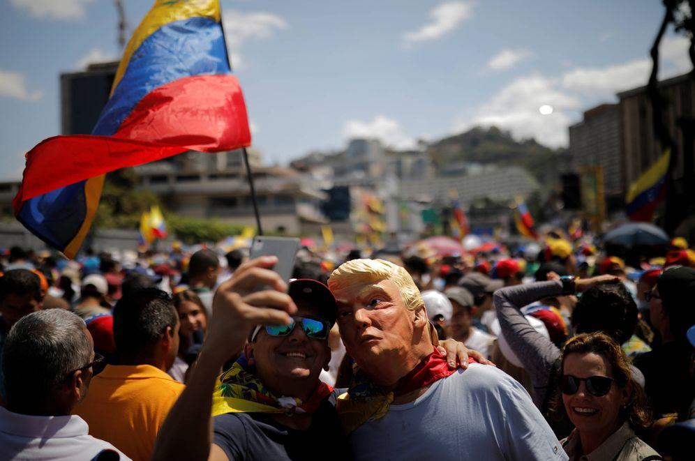 Foto: Un hombre con una máscara de Trump durante una marcha contra el Gobierno de Nicolás Maduro en Caracas. (Reuters)
