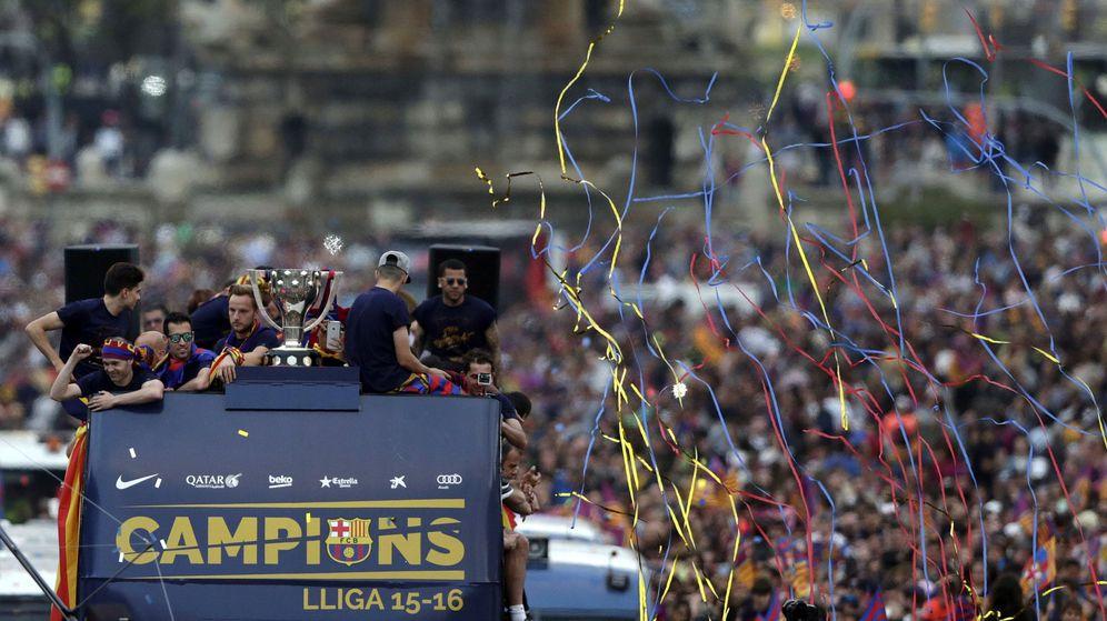 Foto: El FC Barcelona celebró su título de Liga por las calles de la capital catalana. (EFE)