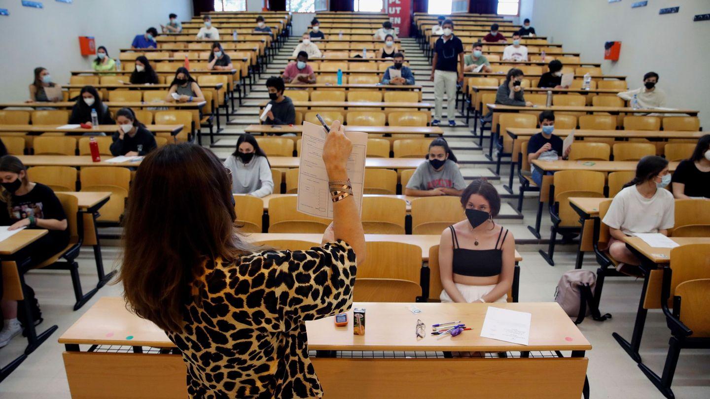Estudiantes en la Facultad de Ciencias Económicas y Empresariales de la Complutense. (EFE)