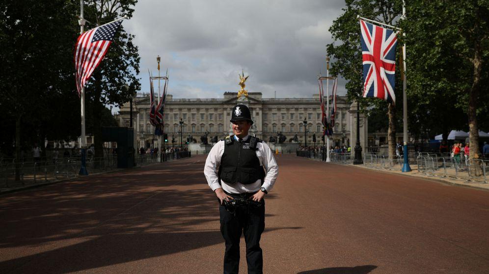 Foto: Un policía frente al Palacio de Buckingham antes de la llegada del presidente Donald Trump. (Reuters)