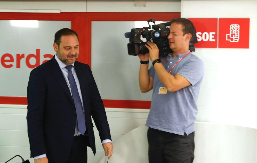 Foto: José Luis Ábalos, este 1 de octubre a su llegada a la rueda de prensa en el PSOE. (EFE)