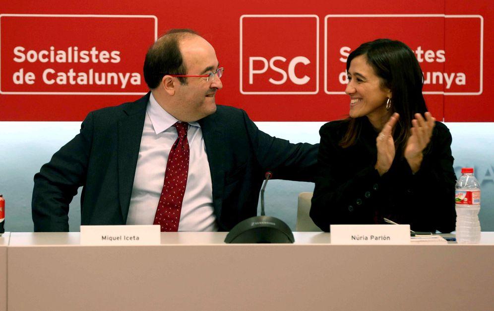 Foto: Miquel Iceta es felicitado por su rival en las primarias, Núria Parlon, en la ejecutiva del PSC del pasado 17 de octubre en Barcelona. (EFE)