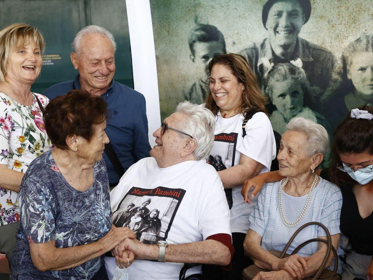 Foto: Martin Adler conoce a Bruno, Mafalda y Giuliana Naldi en el Aeropuerto de Bolonia (EFE/EPA/Elisabetta Baracchi)