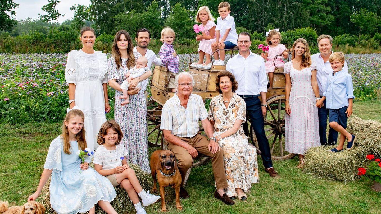La familia real de Suecia, posando para la foto. (Jonas Ekströmer para la Casa Real de Suecia)