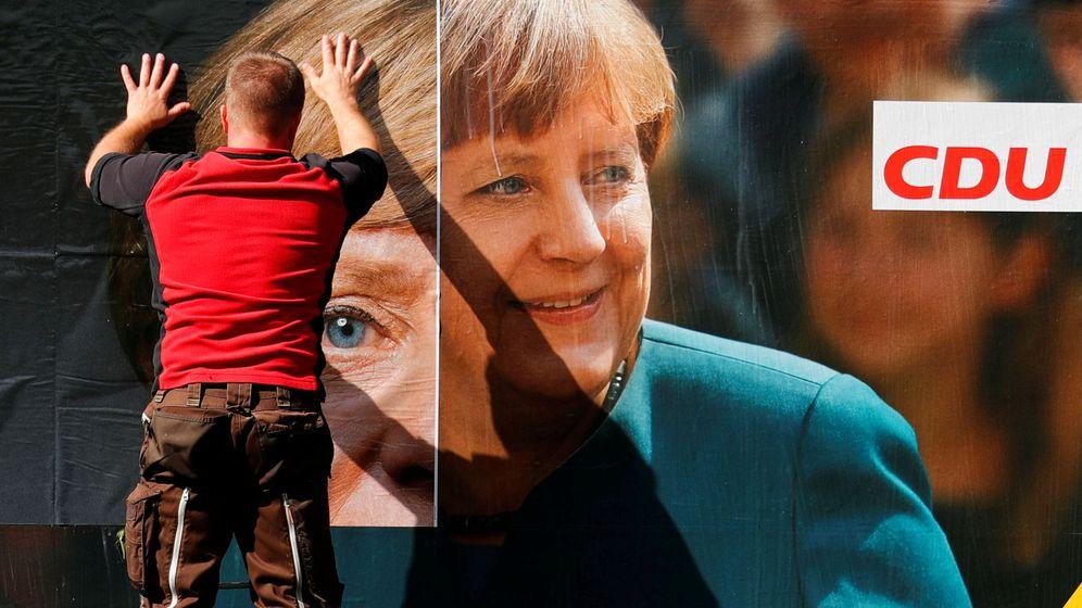 Foto: Un trabajador renueva un poster electoral de la Unión Democristiana de Angela Merkel en Berlín, el 12 de septiembre de 2017. (Reuters)