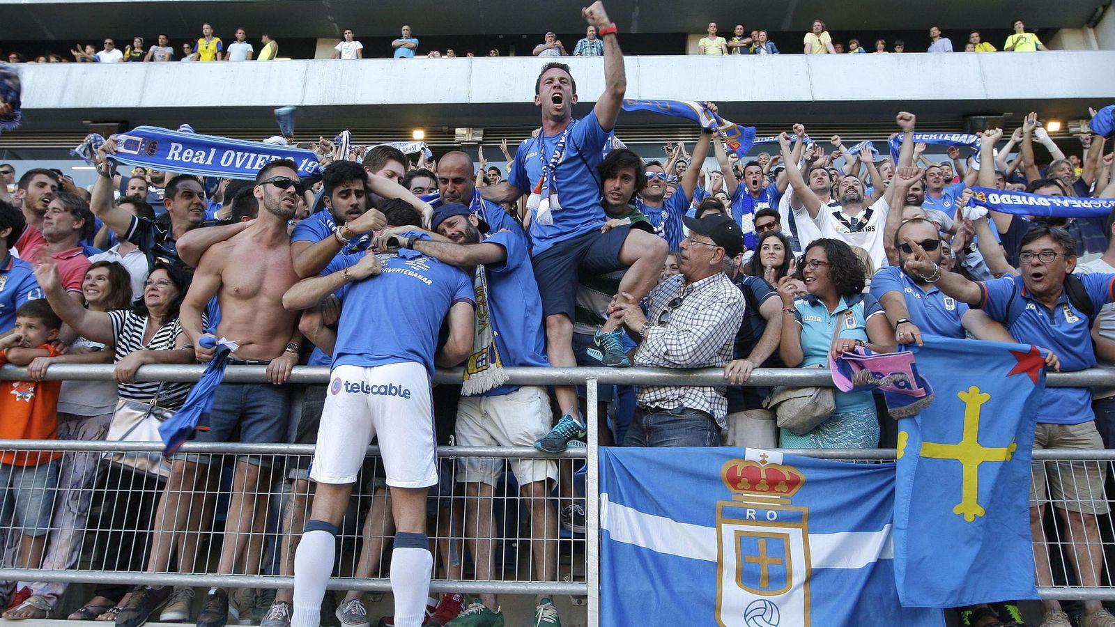 Foto: Aficionados del Real Oviedo celebran un gol. (EFE)