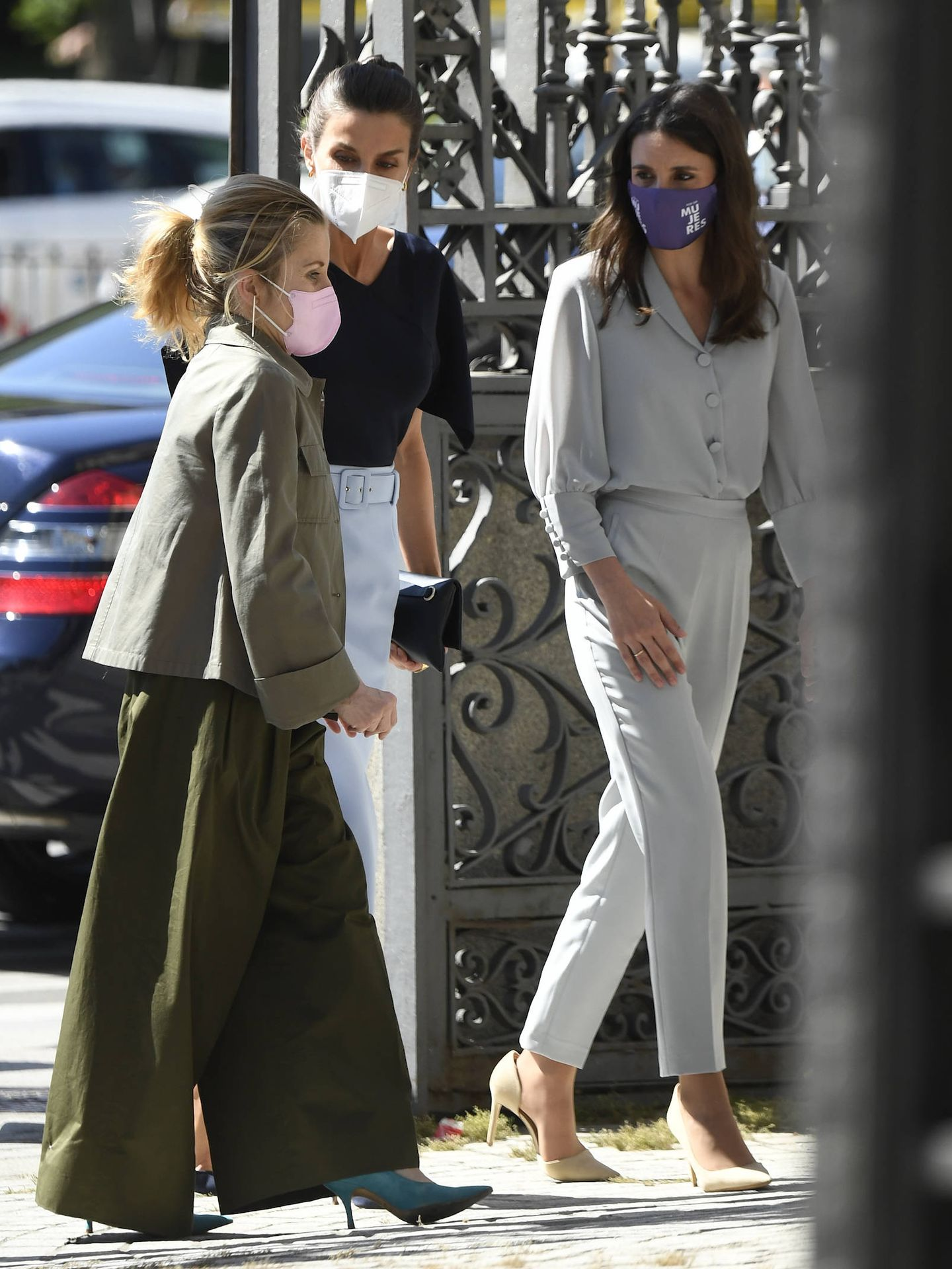La reina Letizia e Irene Montero, a su llegada a Casa de América. (Limited Pictures)