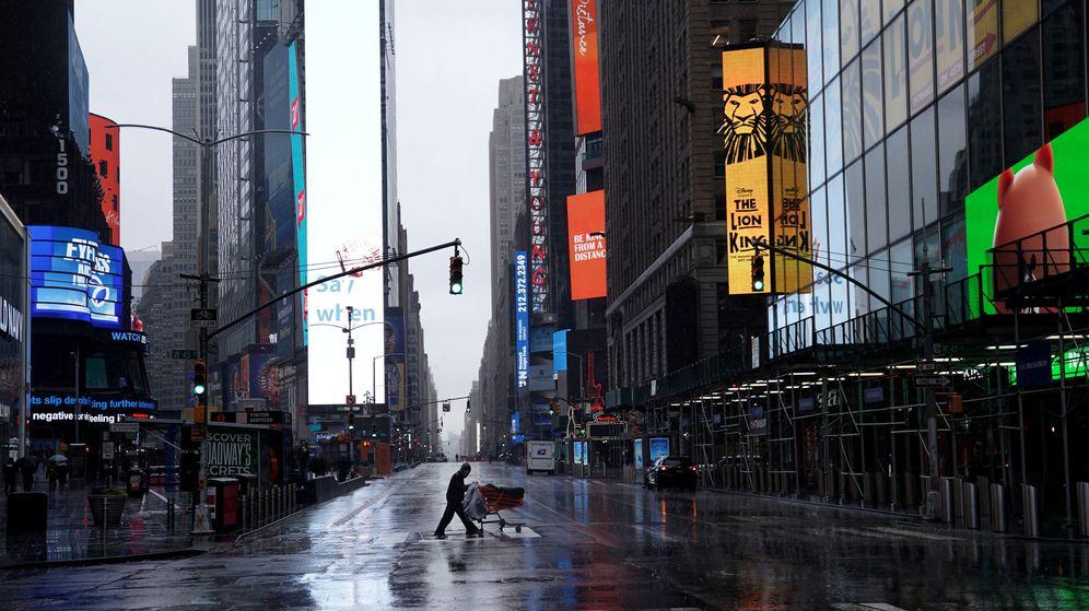 Foto: La plaza de Times Square, en el centro de Nueva York, casi vacía. (Reuters)