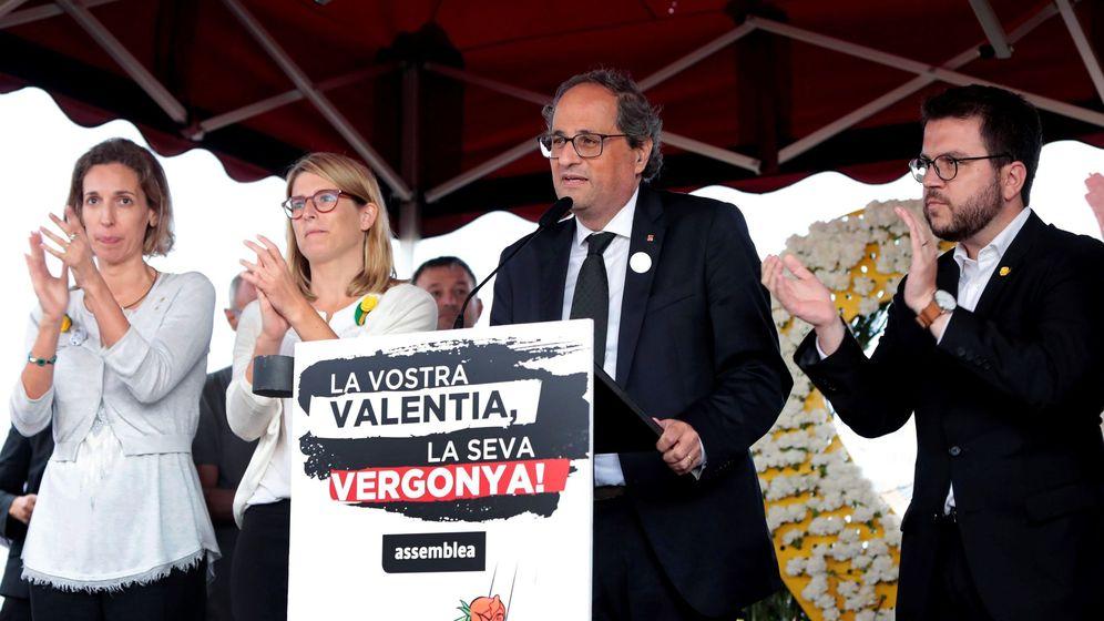 Foto: El presidente de la Generalitat, Quim Torra, acompañado por Elsa Artadi, y por el viceepresidente de su gobierno, Pere Aragonés, durante su intervención en la concentración independentista en Lledoners. (EFE)