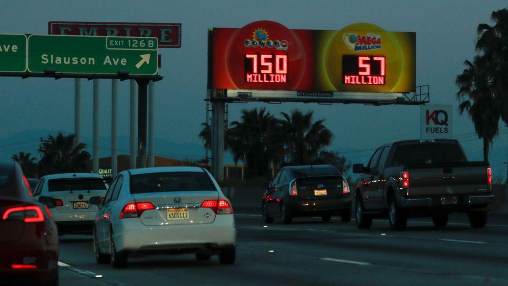 Foto: Los anuncios sobre el bote en la lotería estaban por todas partes (Reuters/Mike Blake)