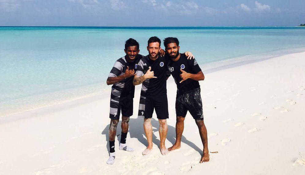 Foto: Adrián Gallardo, entre dos compañeros de equipo, en una playa de las Maldivas.