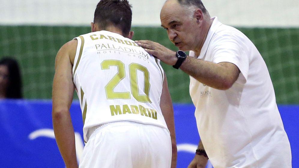 Foto: Pablo Laso da instrucciones a Jaycee Carroll durante el Real Madrid-Zenit de pretemporada jugado el viernes. (EFE)