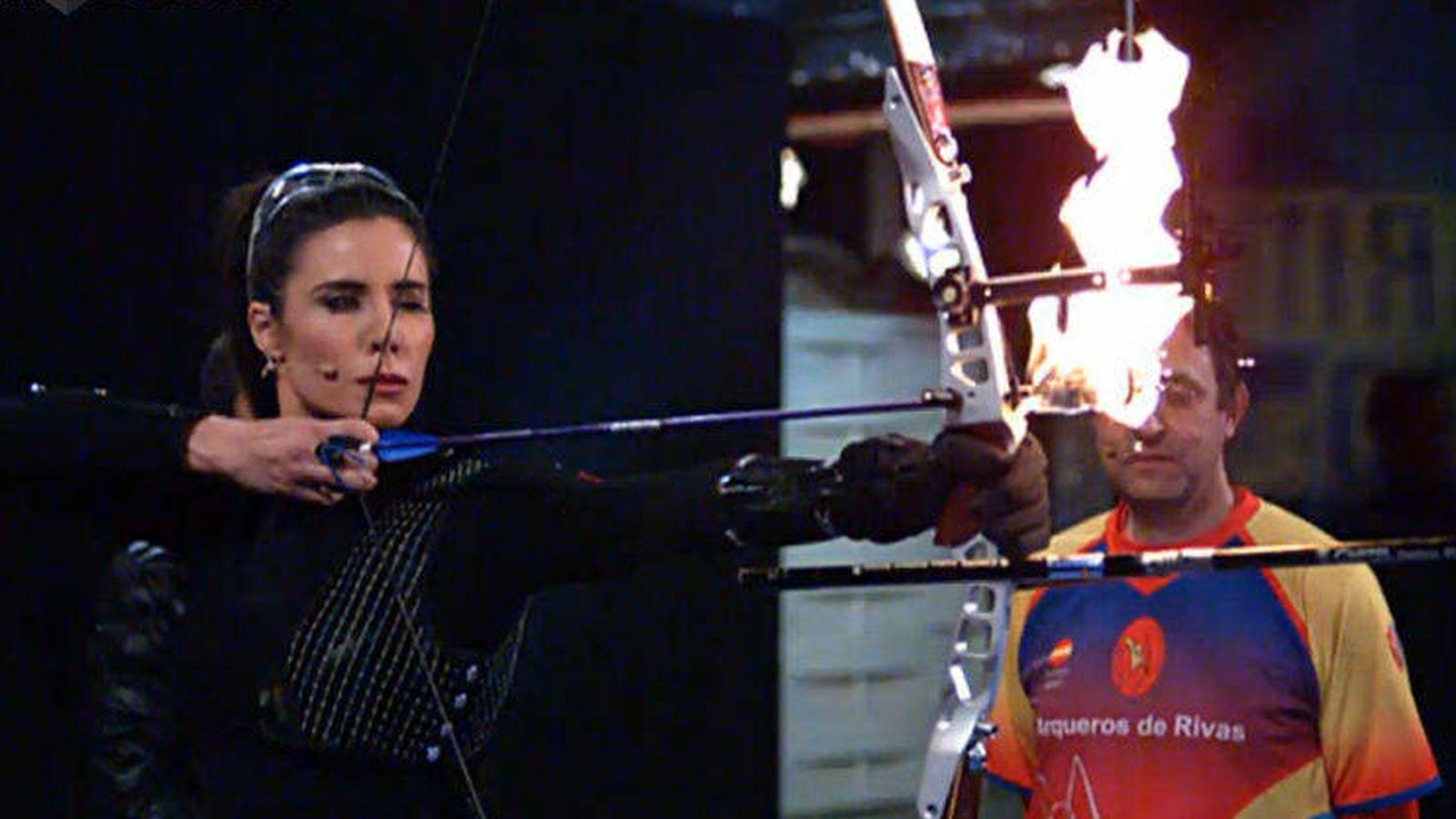 Foto: Pilar Rubio a punto de lanzar la flecha en llamas en 'El hormiguero'