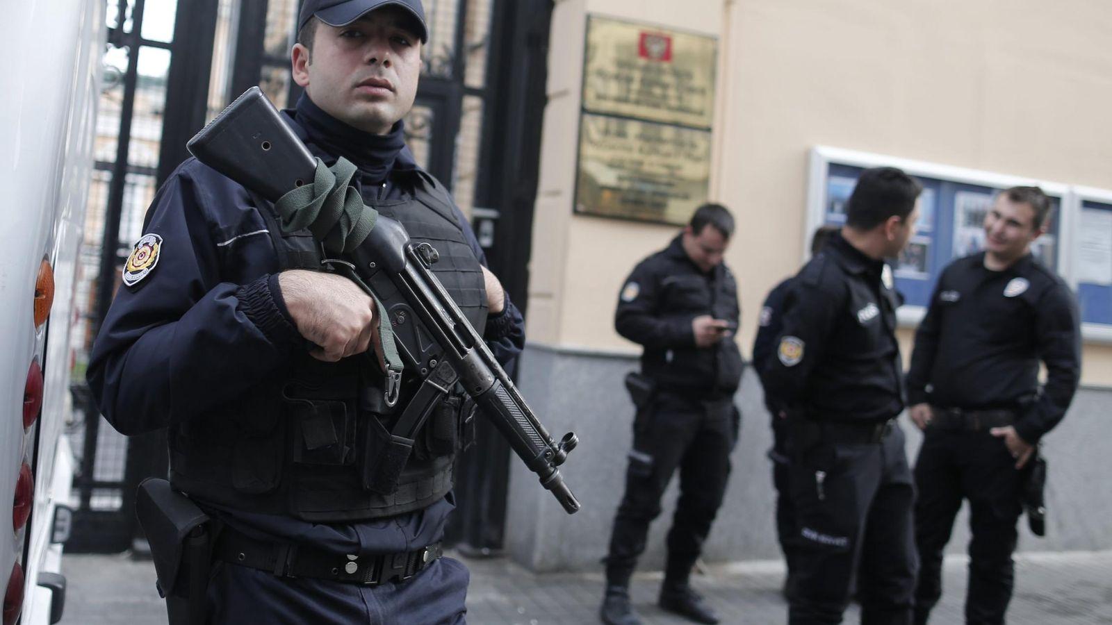 Foto: Policías turcos el pasado mes de noviembre a las puertas del Consulado ruso en Estambul. (Efe)