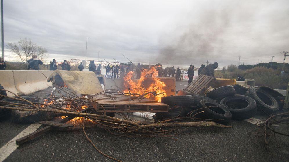 Foto: Ayer se levantaron barricadas con fuego en la M-607 para acceder al campus de la Autónoma (dissopress)