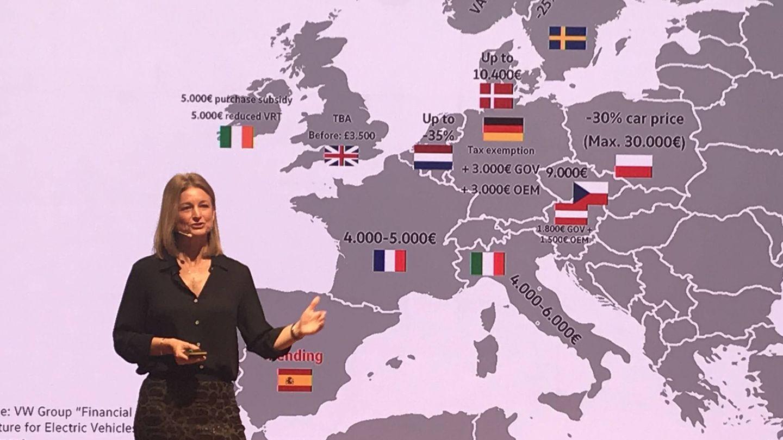 Laura Ros, directora general de Volkswagen España, junto a un mapa con las ayudas al coche eléctrico en Europa.