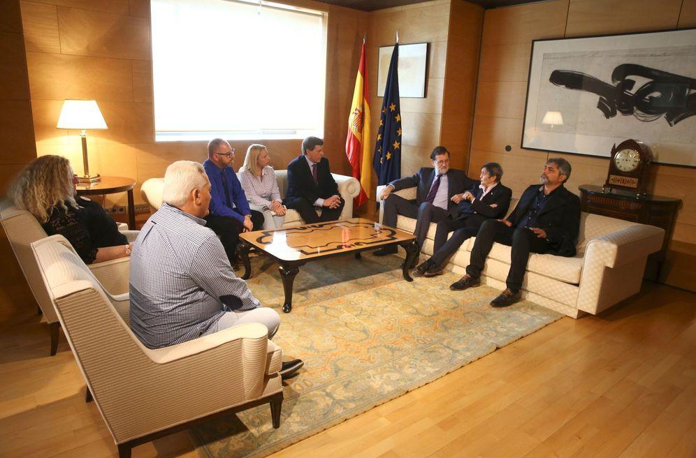 Foto: Mariano Rajoy se reúne con los padres de las víctimas que piden no derogar la cadena perpetua revisable, este 15 de marzo en el Congreso. (EFE)