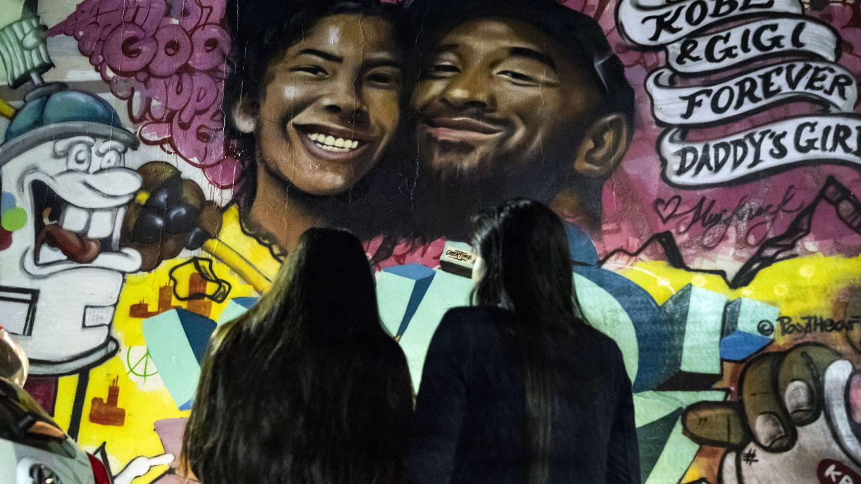 Un grafiti recuerda a Kobe y su hija. (EFE)