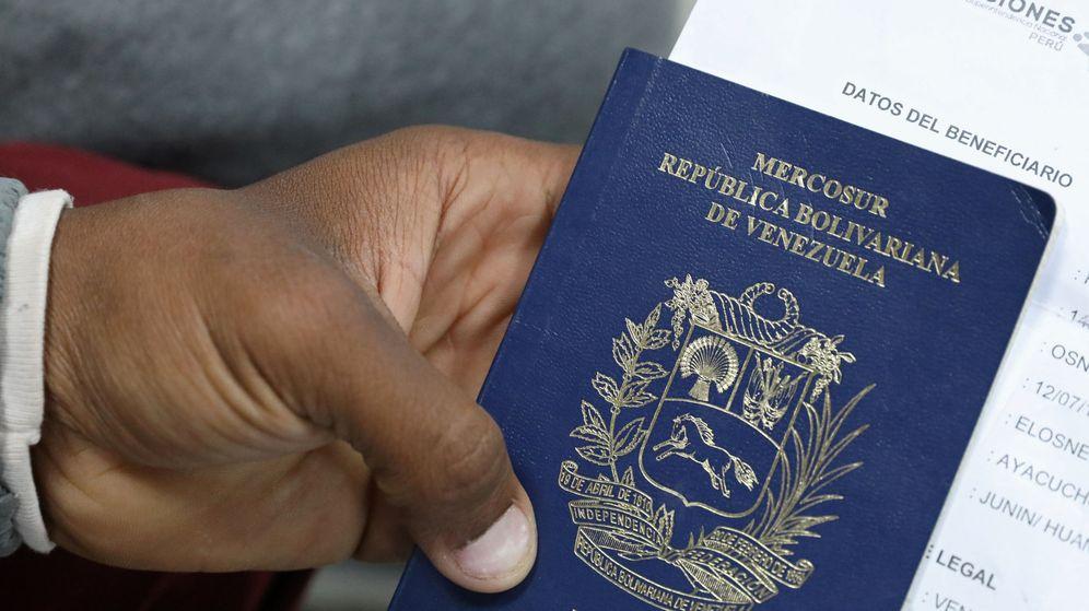 Foto: Una persona sostiene su pasaporte venezolano (Reuters/Mariana Bazo)